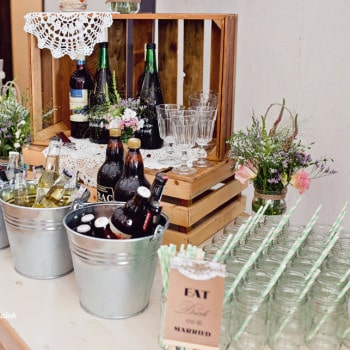 dekoracje ślubne stolik z alkoholami