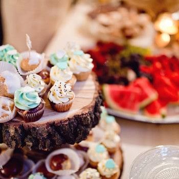 dekoracje ślubne słodki stół rustykalny